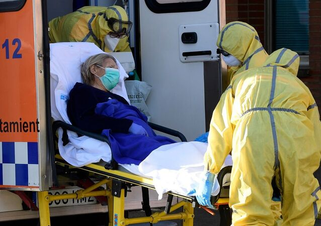 Paciente sendo levada por equipe de ambulância na Espanha enquanto pandemia atinge o país (foto de arquivo)