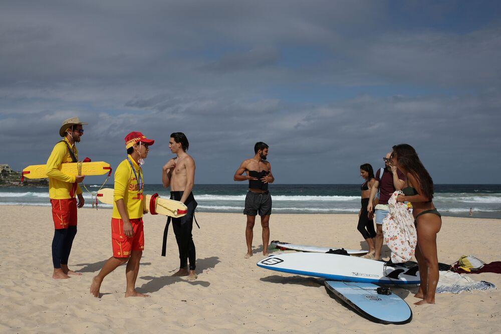 Salva-vidas aplicam bloqueio de praia na Austrália