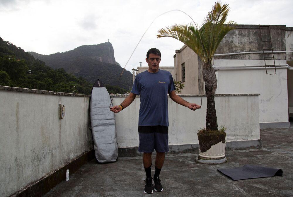 Surfista Bruno Bocayuva se exercita no terraço de um apartamento