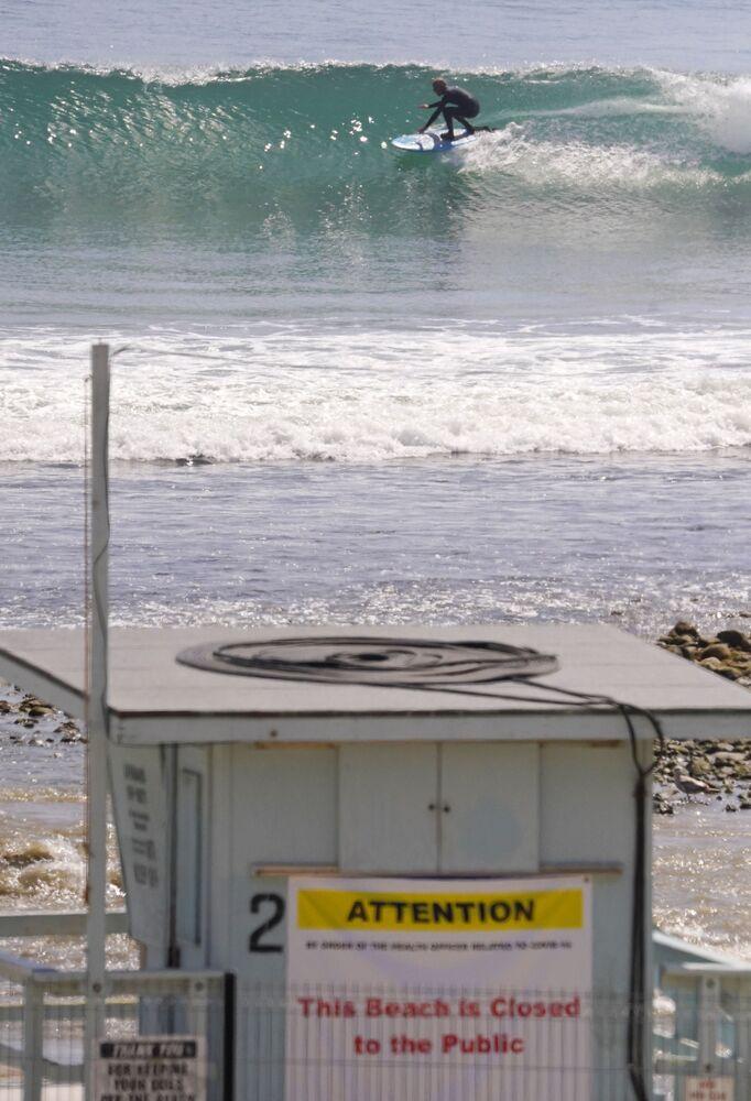 Sinal de interdição de praia na Califórnia