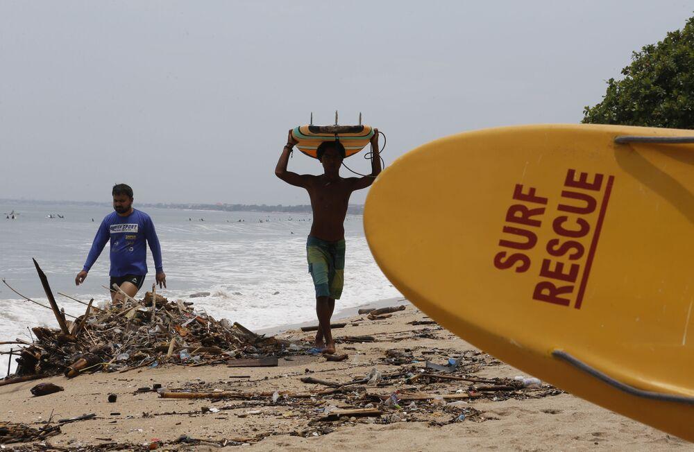 Surfistas na praia de Kuta na turística região de Bali