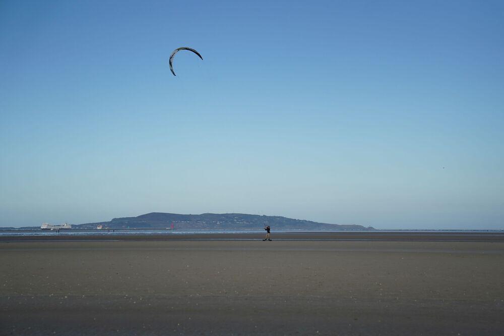 Homem pratica modalidade de surfe na Irlanda