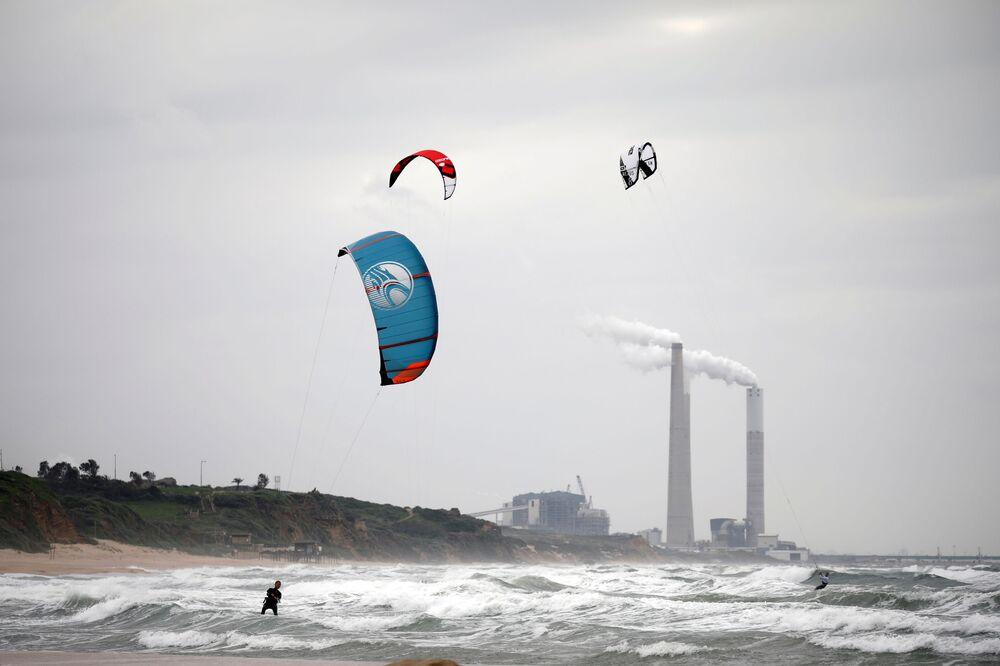 Pessoas praticam kitesurfe em Israel durante pandemia do coronavírus