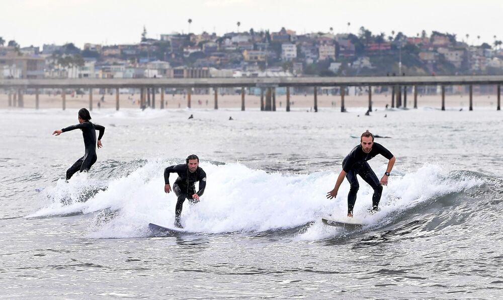 Entusiastas do surfe em praia de Los Angeles, nos EUA