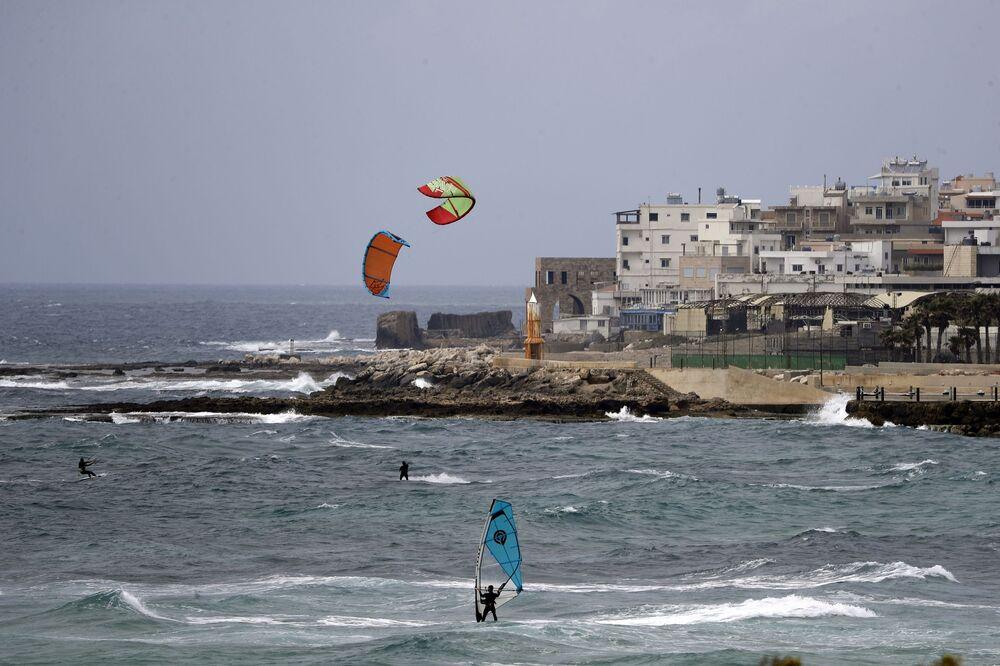 Pessoas praticam modalidade de surfe no Líbano