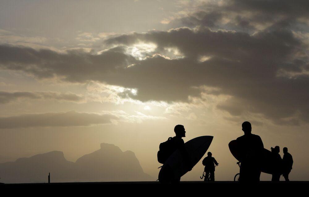 Surfistas na praia do Recreio, no Rio de Janeiro, em meio à pandemia do coronavírus
