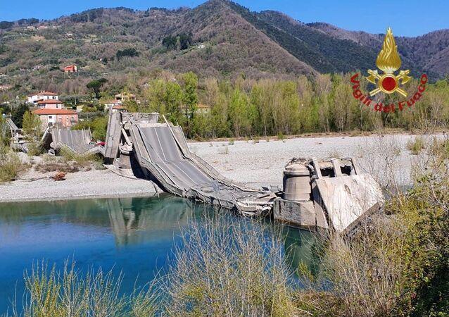Ponte desmorona na rodovia provincial SP70, na província toscana de Massa Carrara, Itália, 8 de abril de 2020