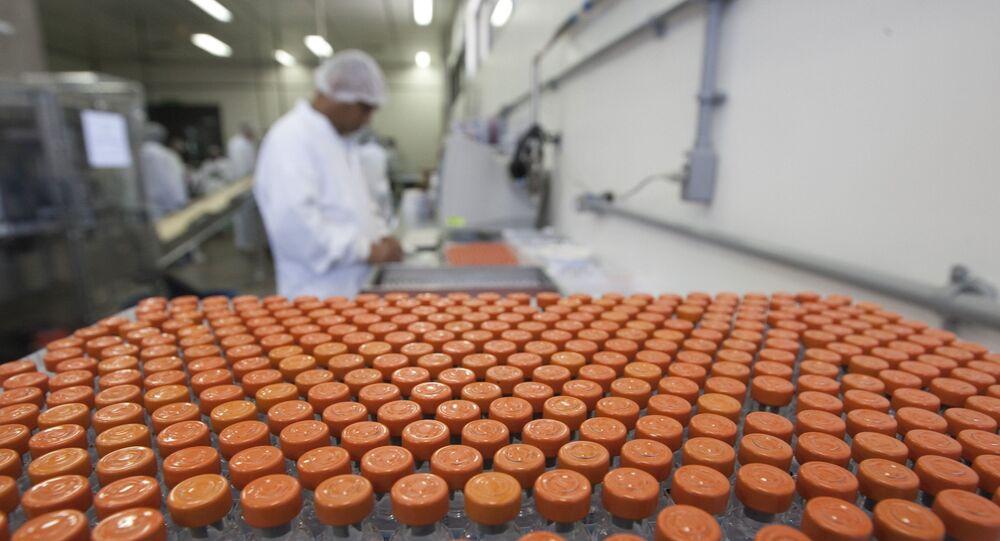 Funcionário trabalha em laboratório da Biomanguinhos, na Fundação Oswaldo Cruz, em Manguinhos, no Rio de Janeiro (arquivo)