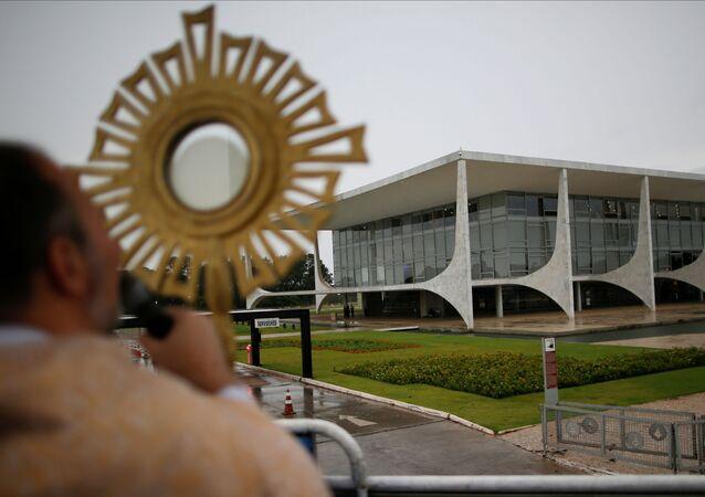 Padre Bruno Costa, da comunidade Canção Nova, abençoa fiéis, perto do Palácio do Planalto, em Brasília, 8 de abril de 2020