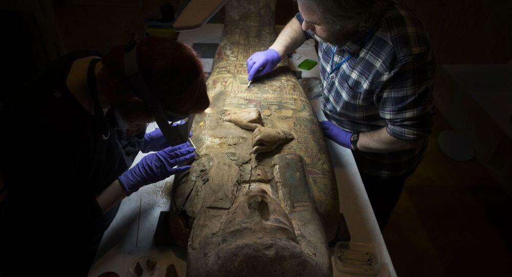 Conservadores do Museu e Galeria de Perth limpando o sarcófago da múmia Ta-Kr-Hb de 3.000 anos