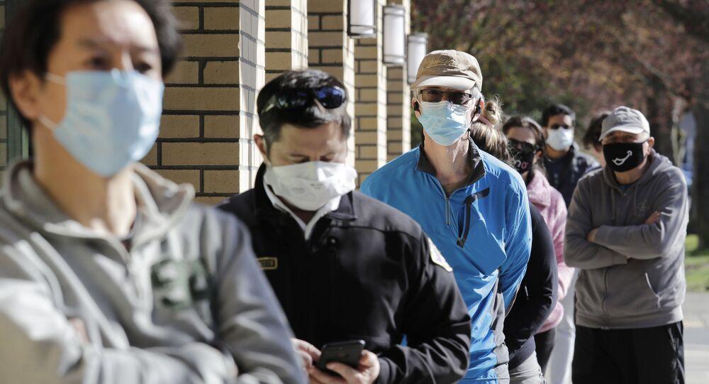 Pessoas usando máscaras protetoras na rua nos Estados Unidos