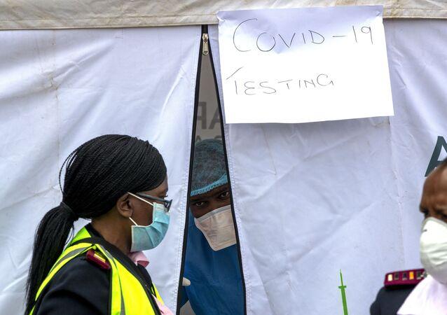 Policiais e enfermeira com máscaras contra o coronavírus na África do Sul