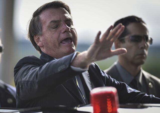 Presidente Jair Bolsonaro se dirige aos jornalistas na saída do Palácio da Alvorada, em Brasília