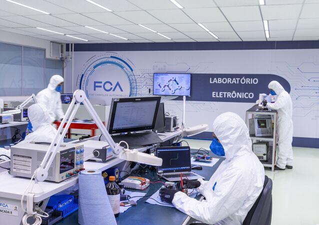 Laboratório dentro de fábrica da Fiat para manutenção e reparo de ventiladores pulmonares