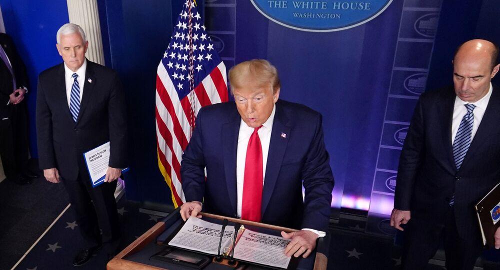 Presidente dos EUA, Donald Trump, durante reunião sobre coronavírus na Casa Branca, em Washington, EUA, 9 de abril de 2020