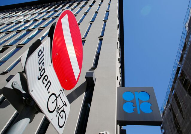 Logotipo da Organização dos Países Exportadores de Petróleo (OPEP), perto de um sinal de trânsito, é visto fora da sede da OPEP em Viena, Áustria, 9 de abril de 2020