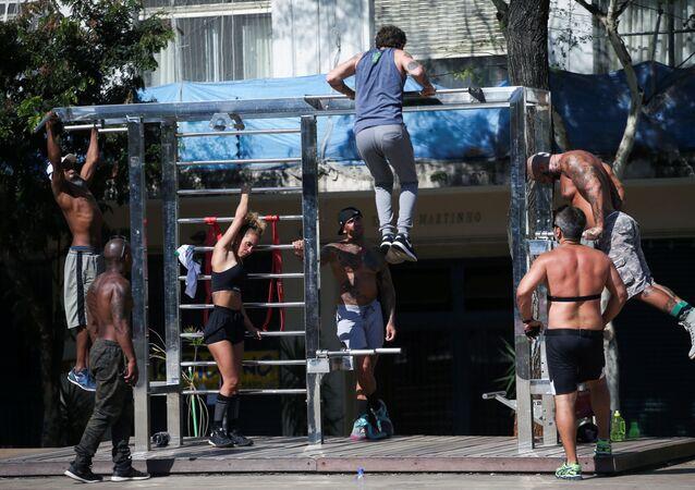 Pessoas fazendo exercício físico na Praça Roosevelt, em São Paulo, em meio à propagação do novo coronavírus, 9 de abril de 2020