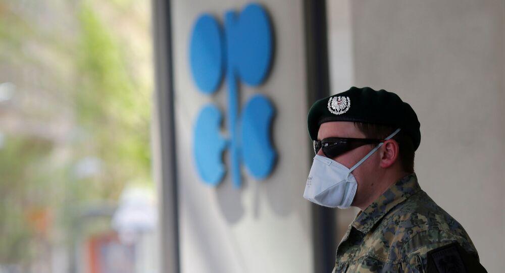 Soldado de máscara protetora faz a segurança da sede da Organização dos Países Exportadores de Petróleo (OPEP), em Viena, Áustria, 9 de abril de 2020