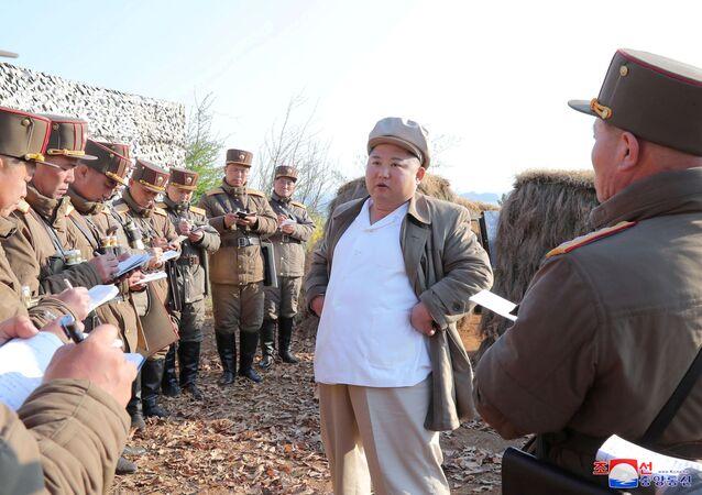 Kim Jong-un, líder norte-coreano, orienta um treinamento de subunidades de morteiros do Exército da Coreia do Norte, 10 de abril de 2020