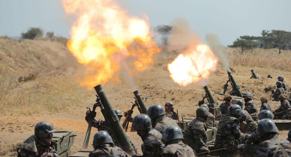 Líder norte-coreano Kim Jong-un (fora da tela) supervisionando um exercício de subunidades de morteiros do Exército da Coreia do Norte, 10 de abril de 2020