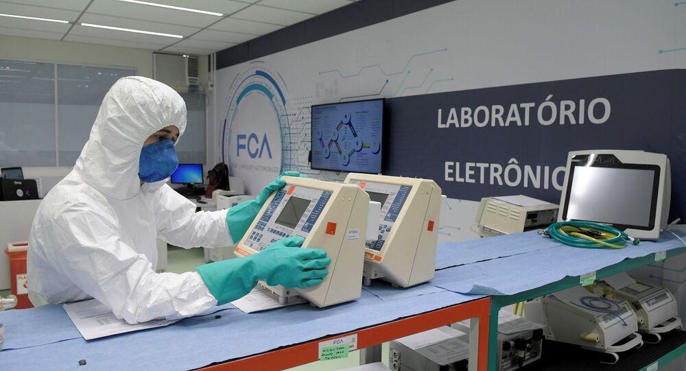 Técnico da Fiat Chrysler Automobiles reparando ventiladores no laboratório da companhia em meio à pandemia da COVID-19, Betim, Brasil, 8 de abril de 2020