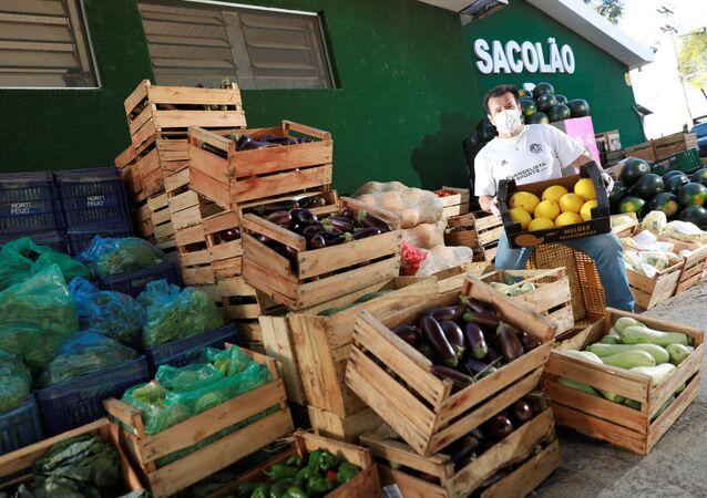 Ex-técnico de futebol do Brasil, Dunga, ajuda na distribuição de alimentos às pessoas de baixa renda, em meio ao surto de coronavírus, em Porto Alegre, Brasil, 7 de abril de 2020