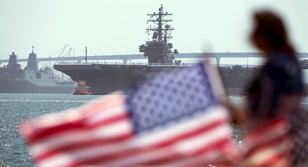 O USS Ronald Reagan, um super porta-aviões nuclear da classe Nimitz, é seguido pelo USS Somerset na partida da Base Naval North Island em San Diego, estado da Califórnia, para Yokosuka, Japão, em 31 de agosto de 2015