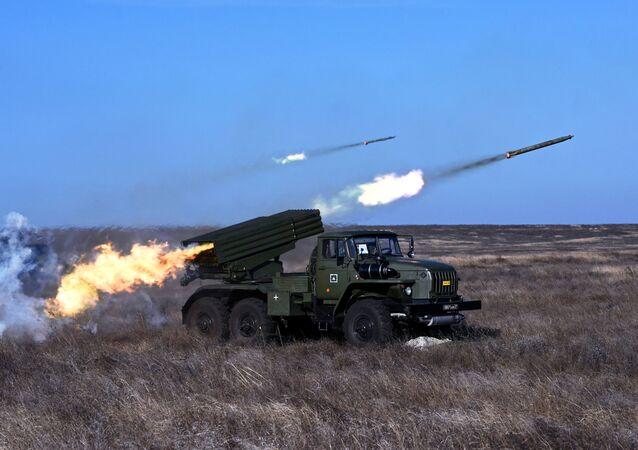 Veículo de combate BM-21 do sistema de lançamento múltiplo de foguetes Grad durante um exercício, no âmbito do Dia das Tropas de Mísseis e Artilharia, em área de treino na região de Rostov-no-Don