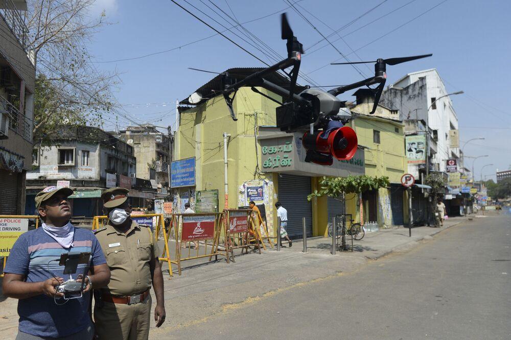 Policiais controlam drone no combate à propagação do coronavírus na Índia