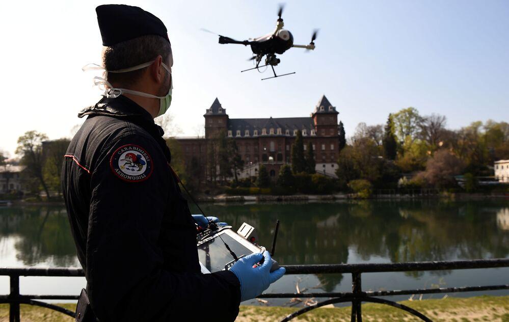 Policial comanda drone usado no combate ao coronavírus na Itália