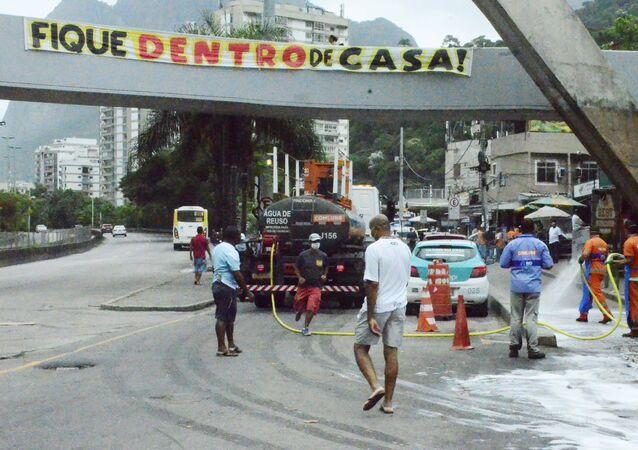 Garis realizam limpeza da parte baixa da Rocinha, no Rio de Janeiro (RJ), para evitar propagação do novo coronavírus