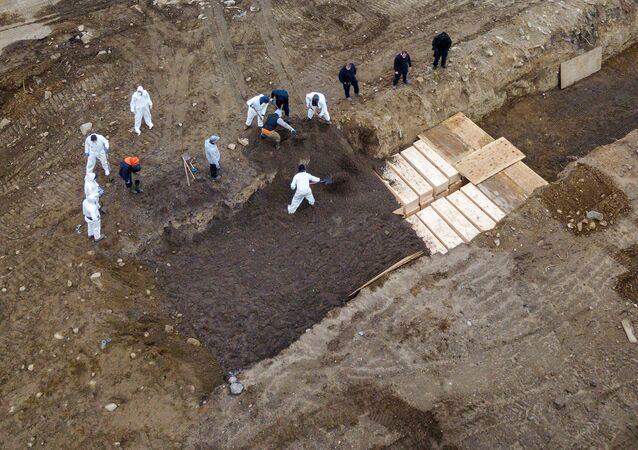 Escavação de fossas comuns em Nova York