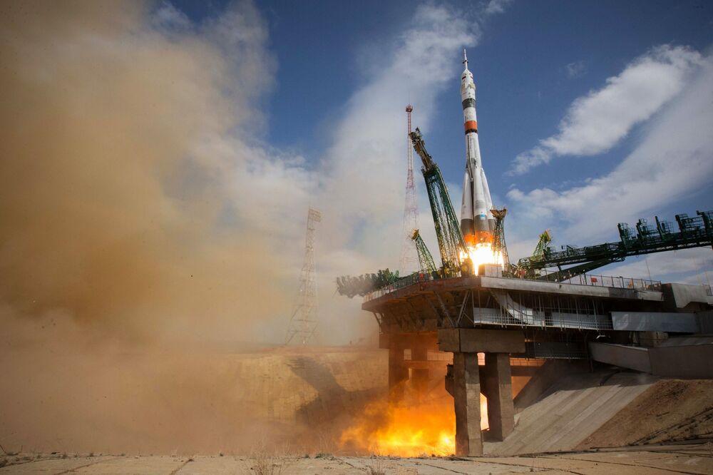 Lançamento do foguete portador Soyuz-2.1a com a espaçonave tripulada Soyuz MS-16 levando a tripulação EEI-63 no Centro de Lançamentos de Baikonur