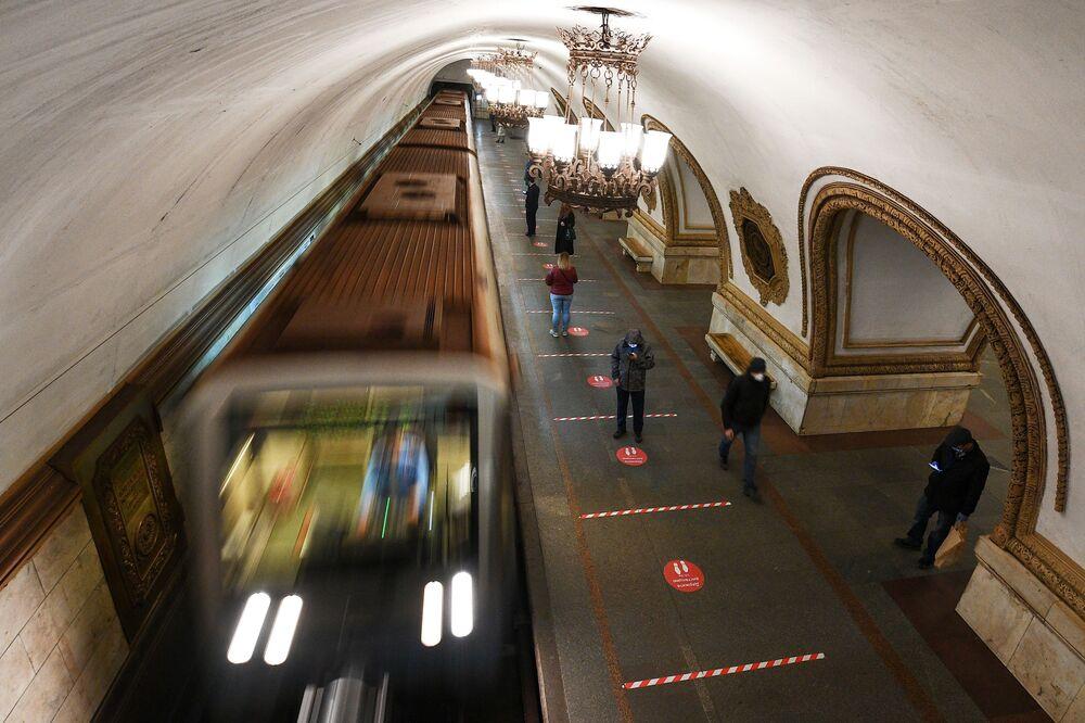 Indicações no chão do metrô de Moscou com o apelo para manter devida distância