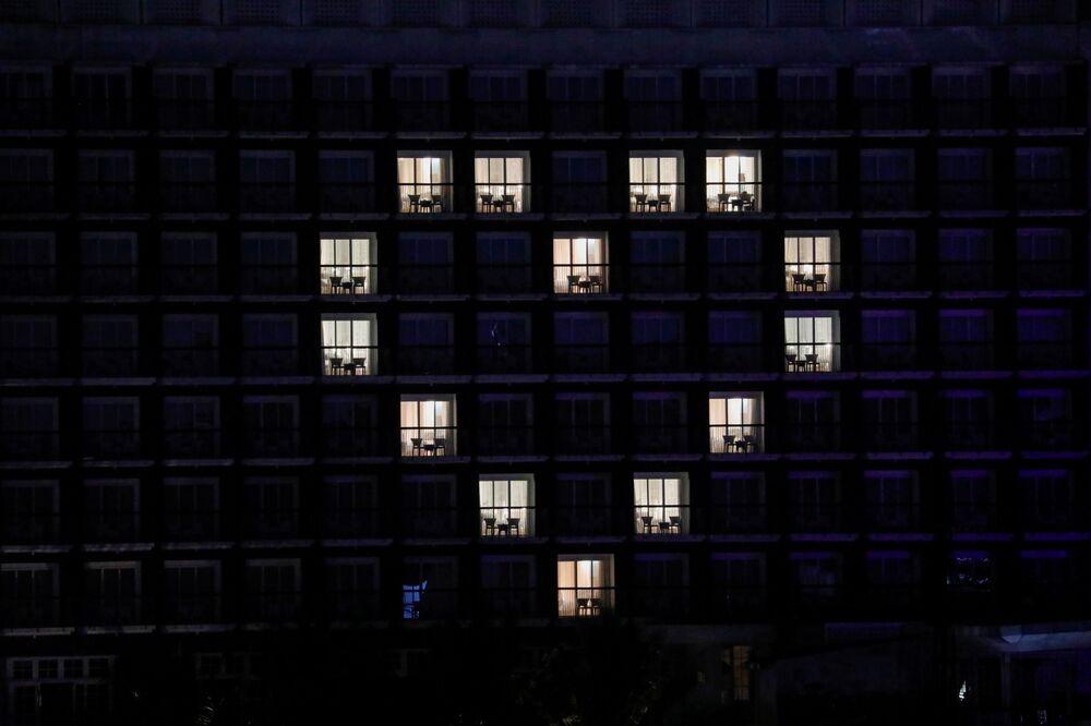 Vista exterior do hotel The 101 mostrando quartos iluminados em forma de um coração como forma de agradecimento e apoio aos profissionais de saúde que lutam contra a COVID-19, em Bogor, na Indonésia