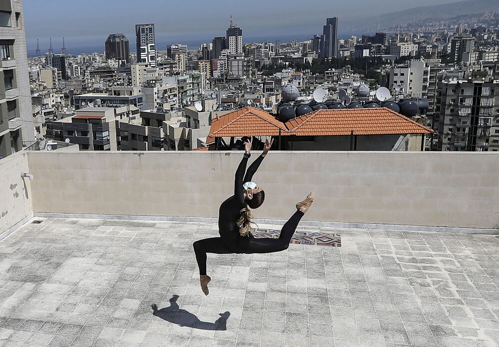 Artista e dançarina profissional do teatro de dança Caracalla treina no telhado de sua casa durante a epidemia do coronavírus em Beirute, no Líbano