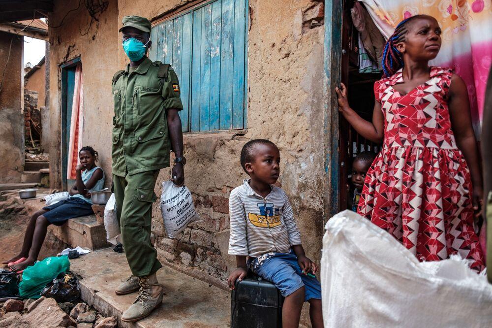 Distribuição de alimentos para os cidadãos mais pobres afetados pela quarentena devido ao coronavírus em Uganda