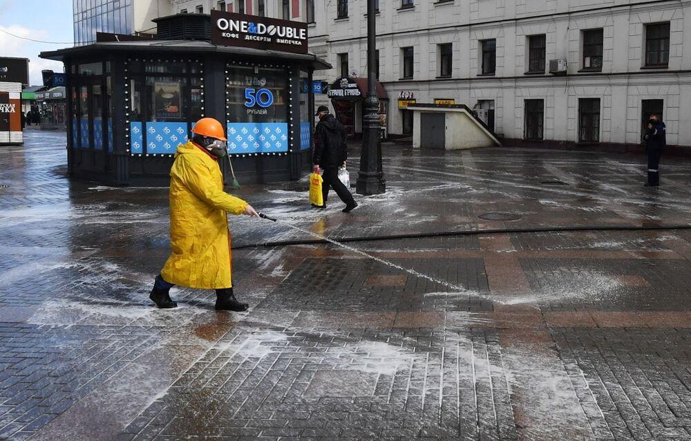 Desinfecção de estradas e passeios em Moscou