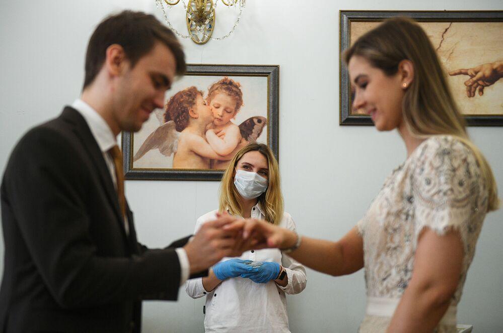 Recém-casados no Palácio de Casamentos Nº 1, em Moscou, durante o período de coronavírus