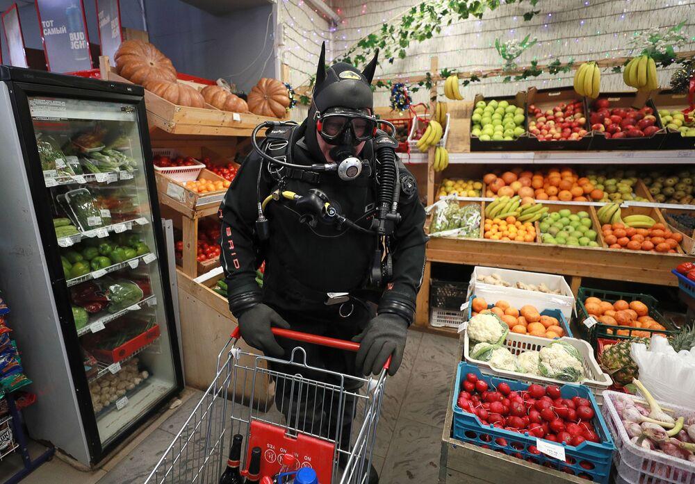 Homem envergando equipamento de mergulho em um supermercado na Rússia