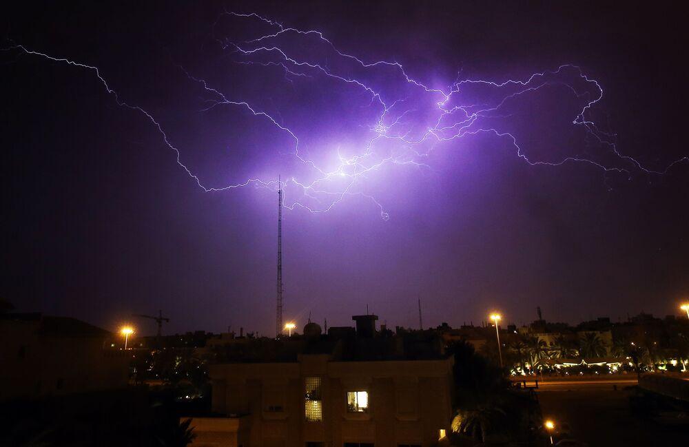 Relâmpago surge no céu no distrito de Rumaithiya em Kuwait
