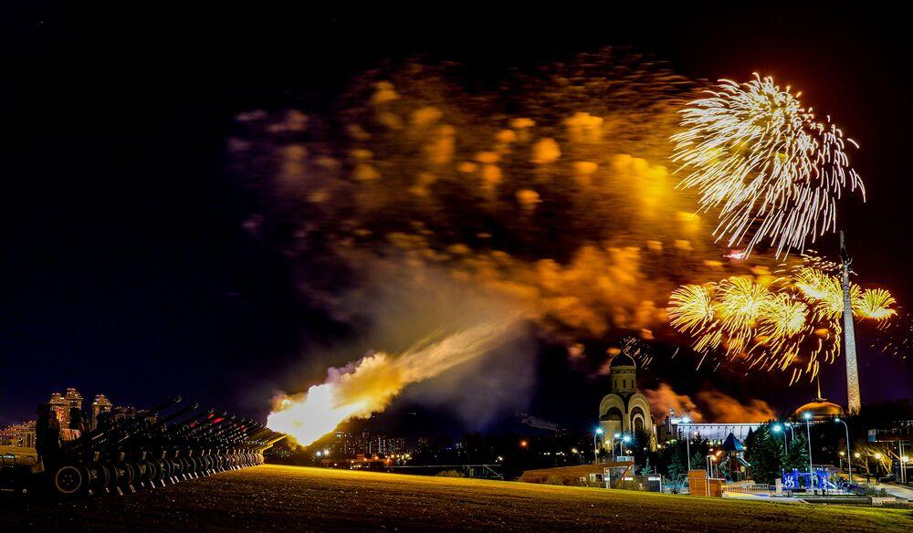 Fogo de artifício no Parque da Vitória em comemoração do 75º aniversário da libertação de Bratislava dos invasores nazistas