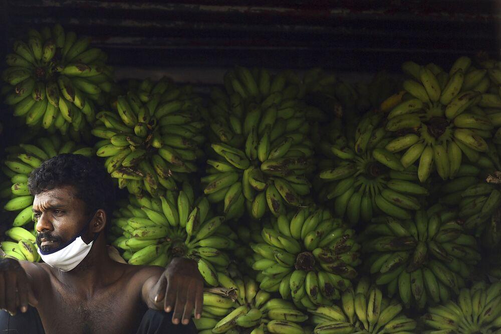 Trabalhador descansando no mercado em Colombo, no Sri Lanka