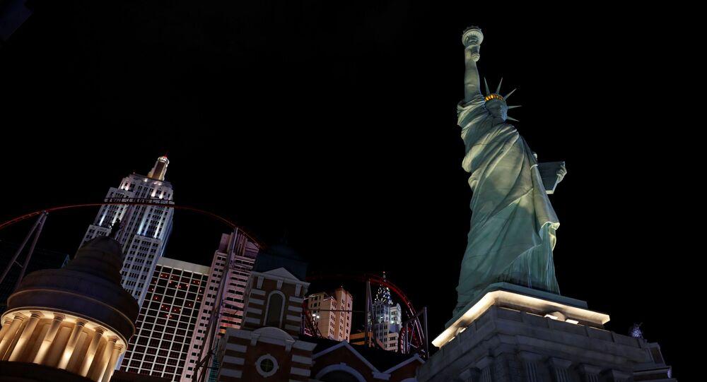 Réplica da Estátua da Liberdade iluminada no exterior do encerrado resort e cassino New York-New York na alameda Strip em Las Vegas, Nevada, EUA, em 10 de abril de 2020