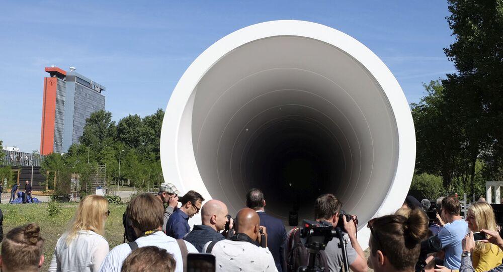 Pessoas olham para uma instalação de testes de hyperloop revelada por uma startup tecnológica e uma empresa de construção em Delft, Países Baixos, 1º de junho de 2017