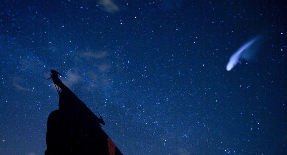 Uma listra aparece no céu durante a chuva anual de meteoros Perseidas sobre a silhueta de um touro espanhol, em Villarejo de Salvanes, Espanha, 12 de agosto de 2013