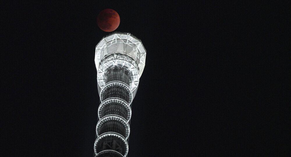 Lua cheia aparece no fundo da torre Tokyo Skytree na capital japonesa