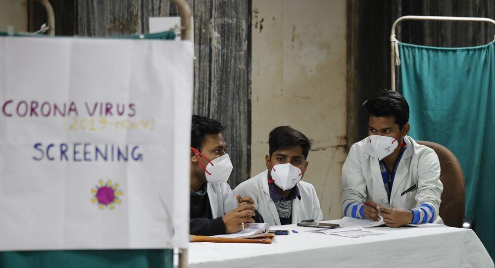Médicos indianos aguardam em área de diagnóstico de possíveis pacientes da COVID-19 em Delhi, em 13 de março de 2020.