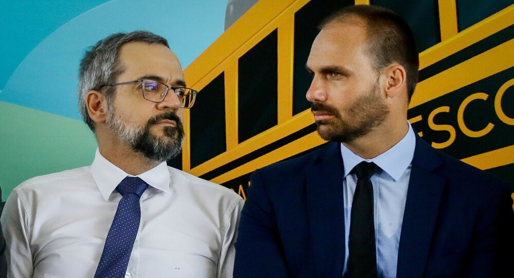 Ministro Abraham Weintraub ao lado de Eduardo Bolsonaro durante cerimônia em São Paulo