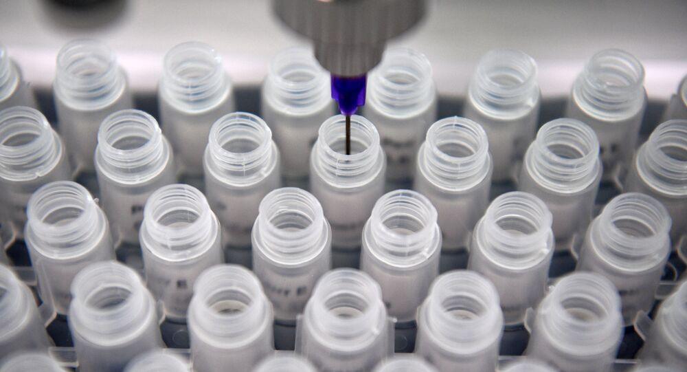 Frascos com reagentes para testes rápidos de coronavírus no laboratório do Parque Tecnológico de Skolkovo
